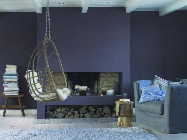 Rieten hangstoel en een mooie combi van hout en een gedurfde kleur