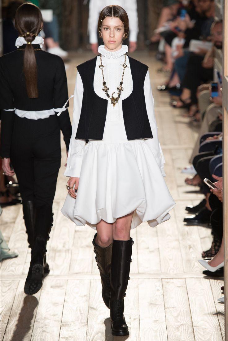 Guarda la sfilata di moda Valentino a Parigi e scopri la collezione di abiti e accessori per la stagione Alta Moda Autunno-Inverno 2016-17.