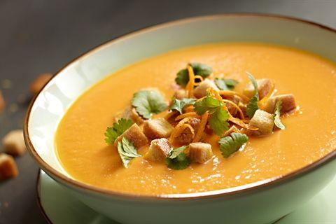 Przepis na zupę krem z marchwi, pomarańczy i imbiru z grzankami. Próbowałeś już?