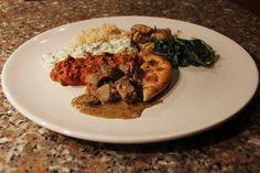 Opdienen met naanbrood, rijst, spinazie, boterkip-curry en yoghurt-dipsaus