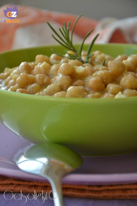 Cari lettori, la minestra di ceci è un piatto unico vegetariano sostanzioso e molto saporito, da portare a tavola con o senza pasta, opp