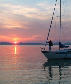 Rejtett gyöngyszemek /1. rész/: Balaton - Nemsokára jön a nyár, irány a Velencei tó és a Balaton. Ugye, milyen jó volt tavaly, mennyit nevettünk azon a vacsin és milyen jót táncoltunk az új helyen a füredi Sundance-ben?  Olvass tovább:http://www.stylemagazin.hu/hir/Rejtett-gyongyszemek-1-resz-Balaton/7325/