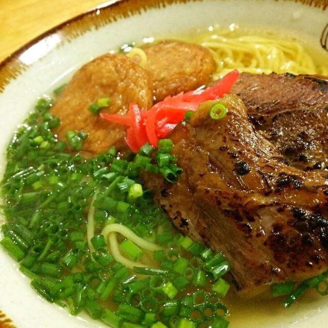 沖縄そばが食べたい言われたので作りました♪ 今日のスープは豚と鰹の半々にしました★ 予想外のソーキお代わり!で、あしたの丼の分は足りないかな~(笑 - 211件のもぐもぐ - リクエストで炙りなんこつのソーキそば by TOTOLONNE