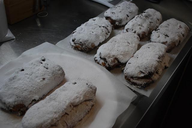 Stollen homemade  自家製シュトーレン、シュトレン  ドイツの菓子パンで、クリスマスにむけて少しずつスライスして食べる。日持ちも良くフルーツの風味などがパンへ移っていくため、今日より明日、明日よりも明後日、とクリスマス当日が段々待ち遠しくなる。