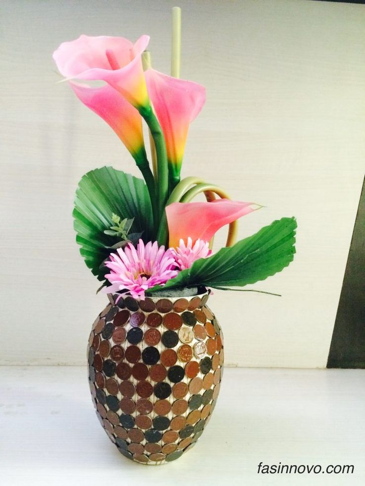 Recycle your old vase with coins.