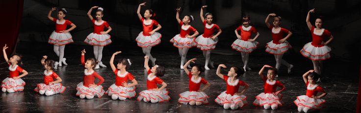 Cursuri de dans : lecţii de la un profesor de dans care preda acesta disciplina via @https://ro.pinterest.com/azurdancestudio