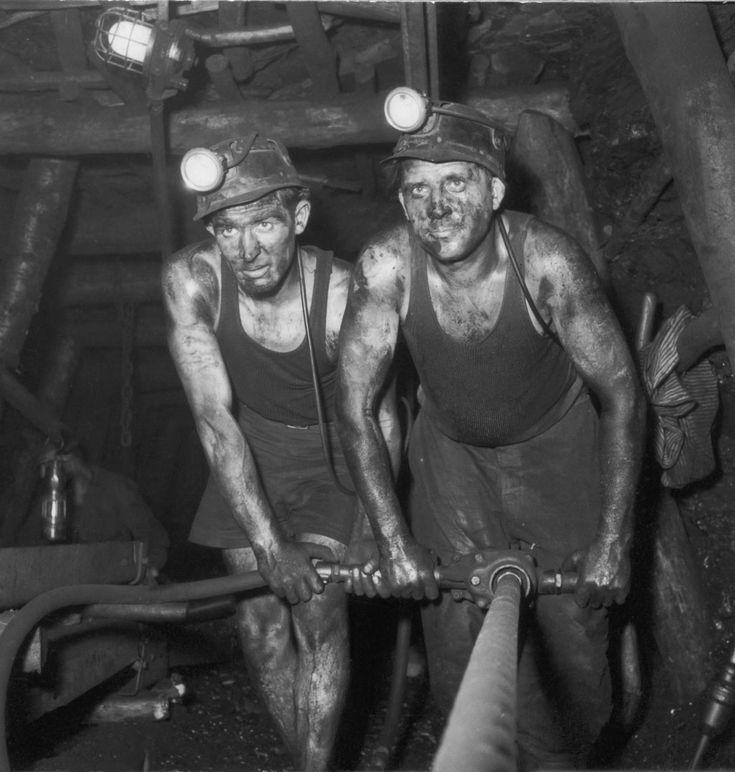 Les mineurs de charbon dans le Nord-Pas-de-Calais dans le bon vieux temps. Coal miners in the Nord-pas-de-Calais in the old days.