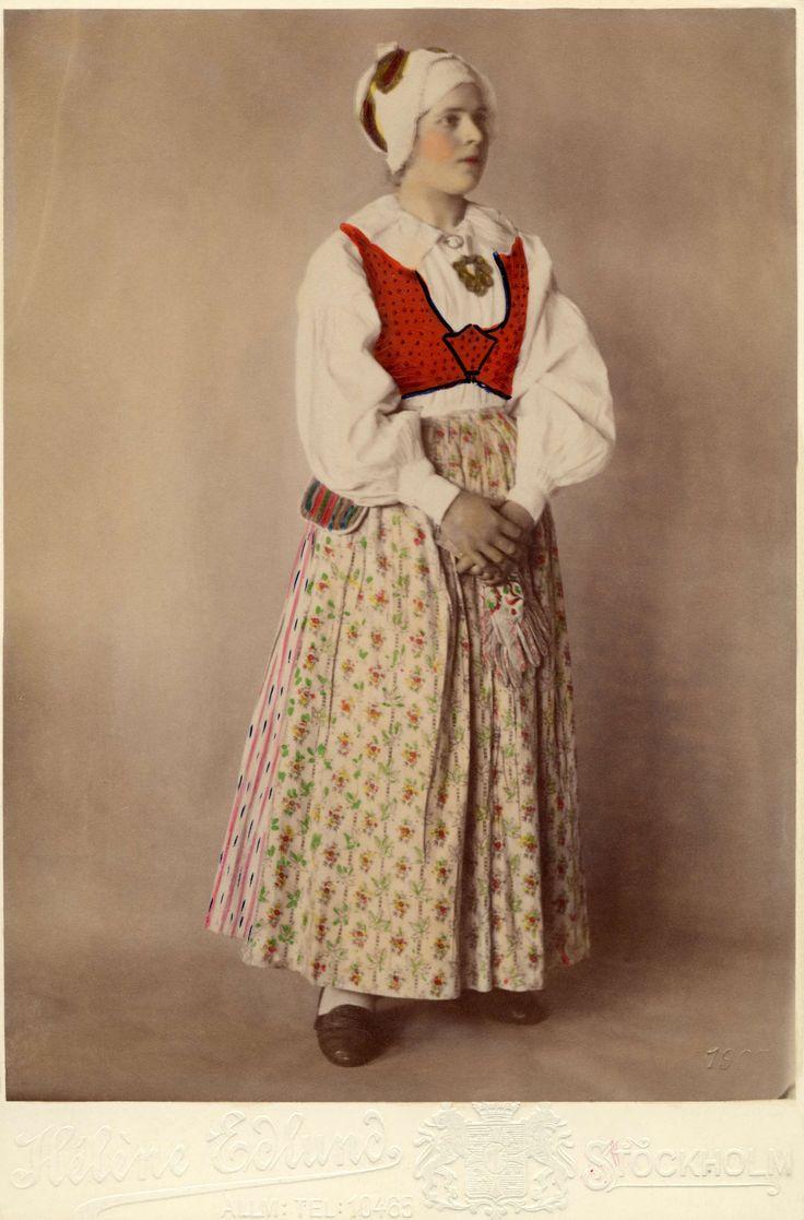 En kvinna poserar i en dräkt från Sunnerbo härad, Småland. @ DigitaltMuseum.se