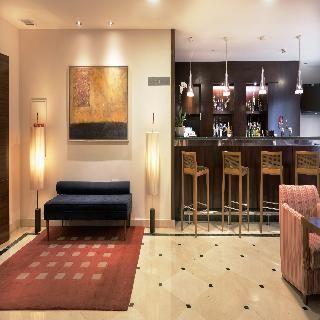 NH Marbella  Dit aantrekkelijke hotel bevindt zich in het centrum van Marbella. Na ongeveer 500 m bereikt u het stadscentrum met tal van restaurants bars en pubs. Het zandstrand bevindt zich op ca. 300 m en Puerto Banús op ca. 45 km. Winkelmogelijkheden en een aansluiting op het openbaar vervoer liggen binnen een straal van 100 m van het hotel. De dichtstbijzijnde discotheek ligt op ongeveer 2 km afstand.Het in 2002 gebouwde hotel beschikt over een 6 verdiepingen tellend hoofdgebouw met in…