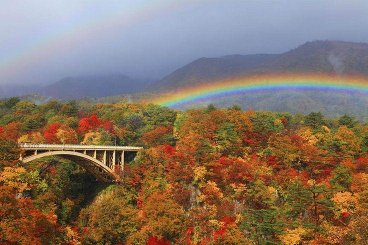 鳴子温泉から中山平温泉の間、約4.5kmを結ぶ渓谷。紅葉の見ごろは10月。川沿いに約2.5kmの散策道があり、1時間ほどで歩くことができる。眺めはまさに絶景!
