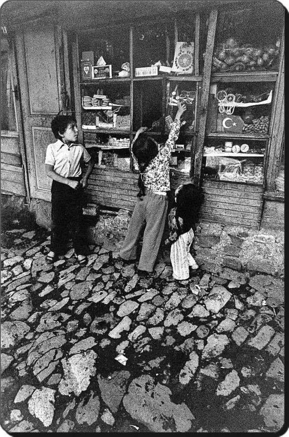 bir mahalle bakkalı önünde çocuklar - kids in front of a local grocer in old Istanbul (Istanbul, 1960, Ara Güler)