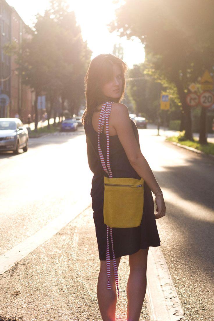Torebka z żółtej irchy, perforowanej. Zamykana na zamek, mieści format A5 z zapasem.  #yellow_bag #summer_bag #summer_fashion #handmade #leather_bag #yellow