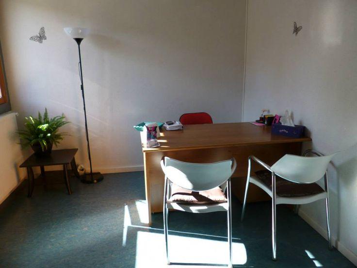 """Voici le bureau tout beau, tout neuf, dans lequel je vous accueille du lundi au samedi vers le Mas Drevon, à Montpellier, au Centre Thérapies Nouvelles ( 757 avenue Villeneuve d'Angoulême - """"Tour le Villeneuve"""", 34070 Montpellier ). Pour prendre rdv, contactez moi au 06.61.19.27.92."""