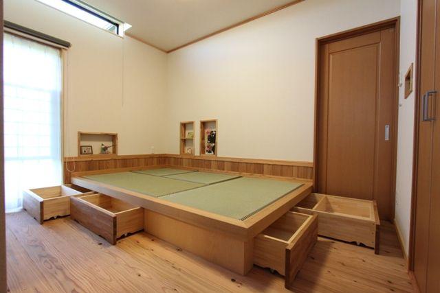 寝室は、一段あがった 畳コ-ナ-。 下部は引き出しが あります。 ニッチには、 時計やらメガネをおいて お休みなさい。#畳  #収納#寝室