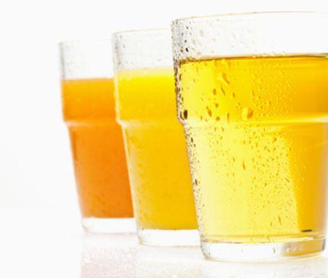 Frischsaft = frisch gepresster Saft, keine Zusätze Direktsaft = pasteurisiert, Zusätze von Fruchtaromen erlaubt.Konzentrat = Flüssigkeit entzogen und nach Transport wieder zugesetzt (lt. mehrheitlicher Meinung auf einer Stufe mit Direktsaft). Fruchtnektar = 25% - 50% Frucht, bis 20% Zucker erlaubt. Fruchtnektar hat einen schlechteren Ruf, stimmt nicht für jede Sorte. Einige Früchte pur ungenießbar. Z.B. purer Johannisbeersaft oder Rharbarbersaft zu sauer. Fruchts.getränk = 6% - 30%