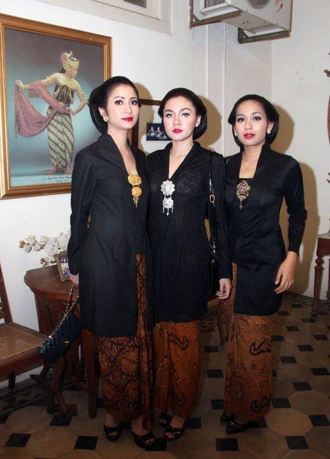 Ade Andrini, Vicky Shu dan Mia menjalani ritual di Puro Mangkunegaran.