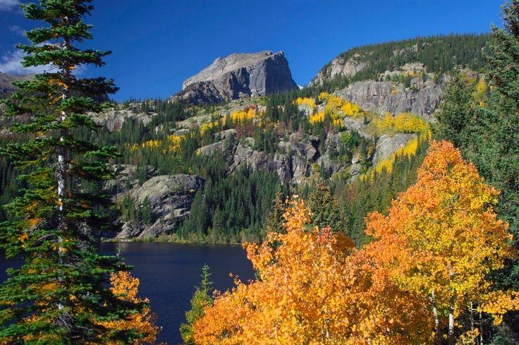 Parque Nacional das Montanhas Rochosas, Colorado: Mais de 500km de trilhas cruzam as Montanhas Rochosas na região norte do estado de Colorado. O parque mantém preservados 1.075km², passando por três ecossistemas diferentes, com pradarias, florestas densas e a tundra acima 3.500m de altitude, cruzando rios cristalinos, cachoeiras,150 lagos e extensa vida selvagem, com os leões-da-montanha, ursos, renas, alces e os carneiros selvagens. O parque atinge seu ápice no pico Lons, elevando-se a…