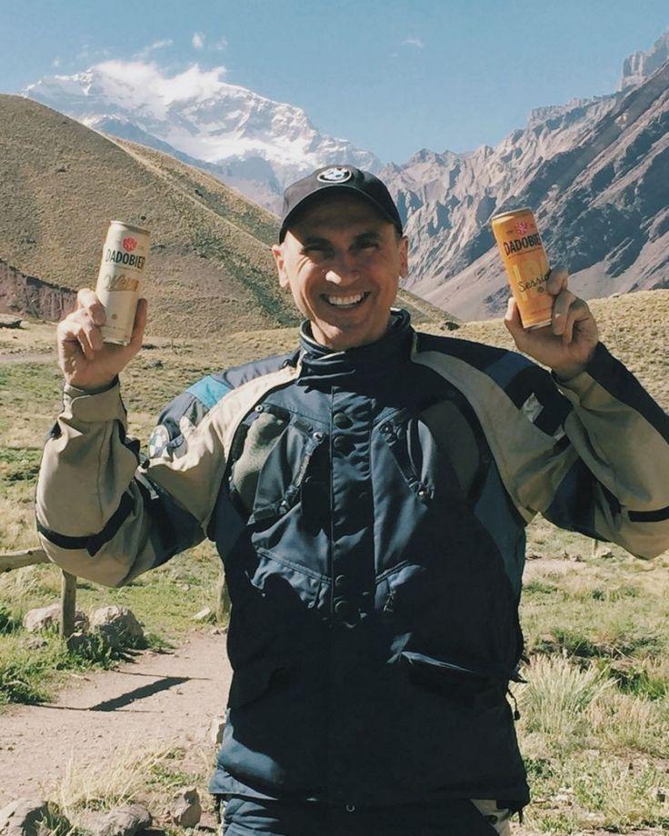 Nossas novas latas sleek estão até na Cordilheira dos Andes! Nosso diretor @dsantoro passou pelo Monte Aconcágua segundo maior pico do planeta e nossa Weiss e Session Ipa estavam com ele  Saúde!   #dadobier #harmonizabemcomaconcagua #harmonizabemcomoffroad #microcervejaria #aprimeiradobrasil