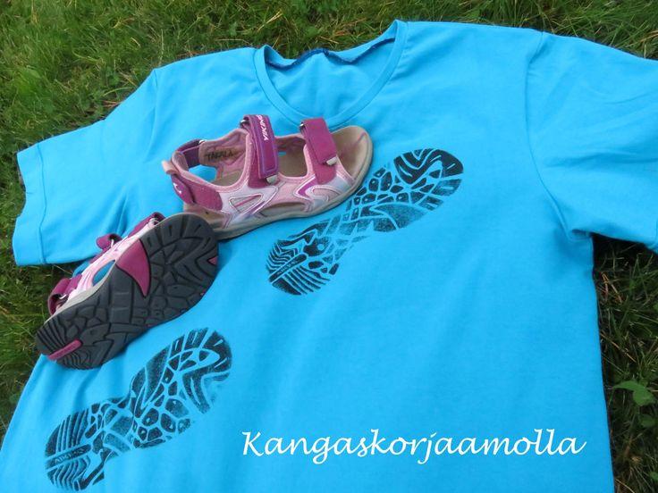 kankaanpainantaa kengällä fabric painting with shoe  https://kangaskorjaamolla.blogspot.fi/2016/09/kankaanpainantaa-kengalla.html