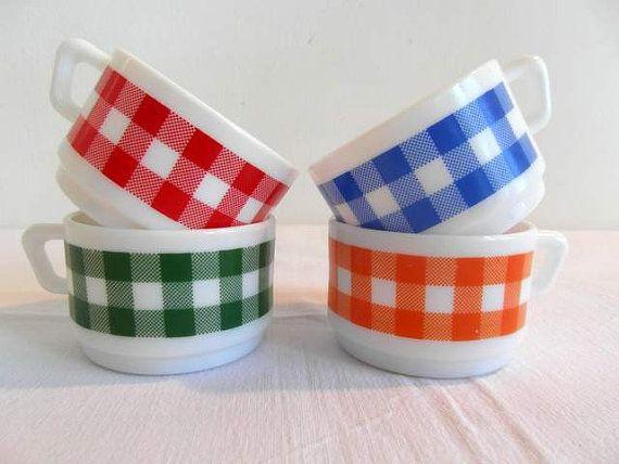 Arcopal 4 tazze di caffè espresso. Latte di vetro Arcopal bianco con striscia di tartan, retrò anni ' 70.