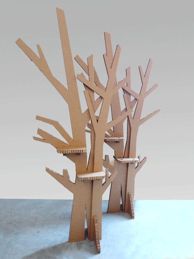 Albero stilizzato in cartone con mensole espositive