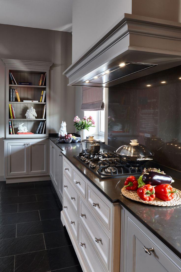 Кухня компании Attribut, модель Оксфорд кухня в английском стиле. Данную модель вы можете посмотреть у нас на выставке по адресу: г. Москва, Хамовнический вал, дом 10 #аттрибут #аттрибутэ #кухни #двери #шкафы #гардеробные #столярныеизделия #столярнаямастерская #кухняванглийскомстиле #attribut #kitchen #cabinets #dressingroom #door
