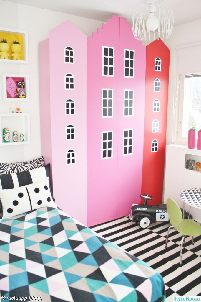 barnrum,föraving,husgarderober,förvaring,flickrum,stadstema,colourful kids room,colourful childroom,färglatt barnum,rosa barnrum,grafiskt ba...