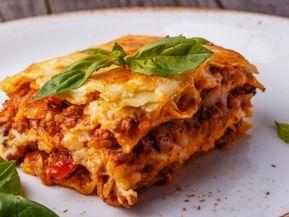 pâte à lasagne, sauce bolognaise, viande hachée, oignon, gruyère râpé, lait, farine, beurre