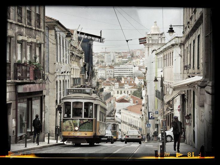 Lisboa en Portugal. Es una ciudad a medida para el turista, buena clima en general y lugares de gran valor histórico que visitar. Además ofrece paisajes preciosos gracias al río que la atraviesa, el Tajo, que separa la ciudad y en el cual se pueden hacer agradables travesías en barco. La comida es una gozada.