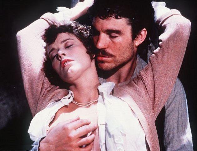 """Sylvia Kristel e Nicholas Clay em cena de """"O Amante de Lady Chaterley"""" (1981), filme de Just Jaeckin –– uma das melhores adaptações do romance de D.W. Lawrence.  Veja também: http://semioticas1.blogspot.com.br/2014/08/nudez-e-arte-da-fotografia.html"""