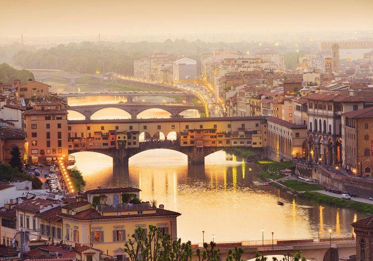 Firenze er endnu en af Italiens fortryllende byer - og den bugner af kunst, smukke bygninger, idylliske gader og stemning! Gennem byen løber floden Arno, og flere broer sørger for, at trafikken kan krydse over. Den ældste og mest kendte af disse broer er Ponte Vecchio, Den Gamle Bro.