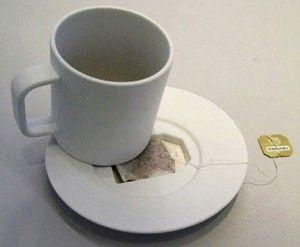 """La """"Tea bag Coffin"""" è una tazza bianca dotata di un piccolo piattino avente come caratteristica la presenza di una rientranza, una piccola insenatura all'interno della quale posizionare il filtro del tè, prima o dopo il suo utilizzo.Ideata da Jonas Trampedach, è una tazza molto originale e semplice allo stesso tempo"""