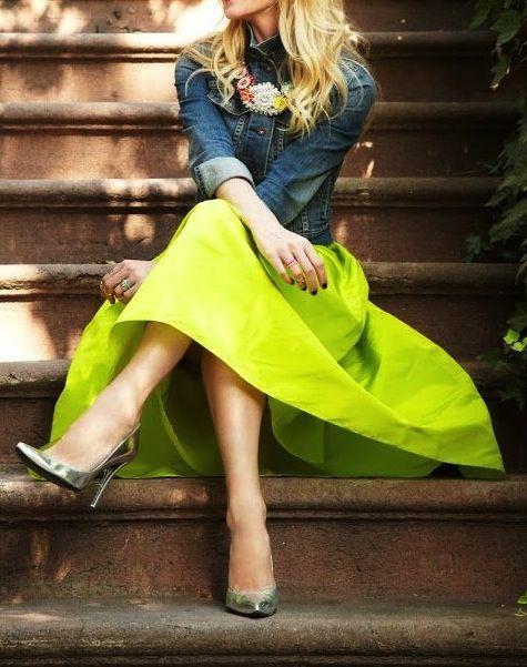 Den Look kaufen: https://lookastic.de/damenmode/wie-kombinieren/jeansjacke-dunkelblaue-midirock-gelber-pumps-silberne-halskette/901 — Gelber Midirock — Halskette mit Blumenmuster — Silberne Pumps — Dunkelblaue Jeansjacke