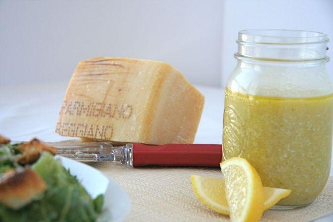 Здесь описан еще один рецепт приготовления соуса, чтобы салат Цезарь стал аппетитнее и вкуснее. ИНГРЕДИЕНТЫ: чеснок, 1 зубчикмайонез, 3 столовые ложкикрасный винный уксус, 2 столовые ложкидижонская горчица, 1 столовая ложкалимонный сок, 1 столовая ложкаперечный соус (острый), 0.5 млворчест…