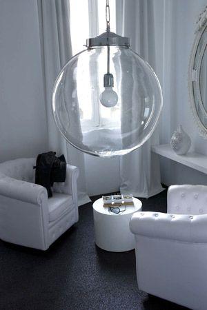 Superbe luminaire en verre, forme boule, qui sublimera n'importe quelle pièce. Base et fixation chaine en coloris chromé. Lustre boule Athezza