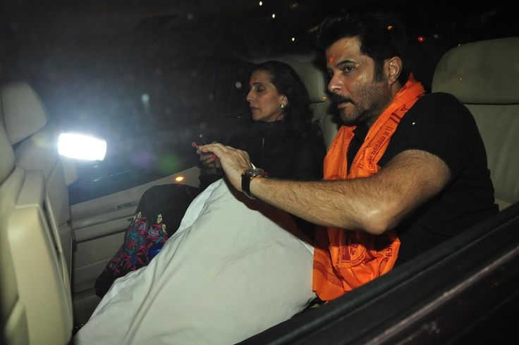 Bollywood Actor Anil Kapoor visits Siddhivinayak Temple. The actor was accompanied by his wife Sunita Kapoor. They attended the maha-aarti. #getmovieinfo #AnilKapoor #SunitaKapoor #SiddivinayakTemple #Bollywood