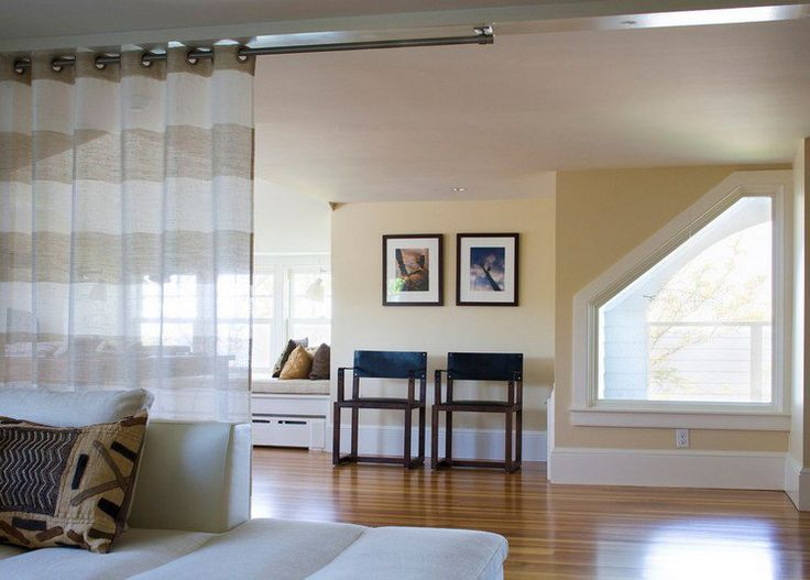 séparateur de pièce en rideaux occultants rayés en beige et blanc, sol en parquet contrecollé, tableau décoratif et chaises design