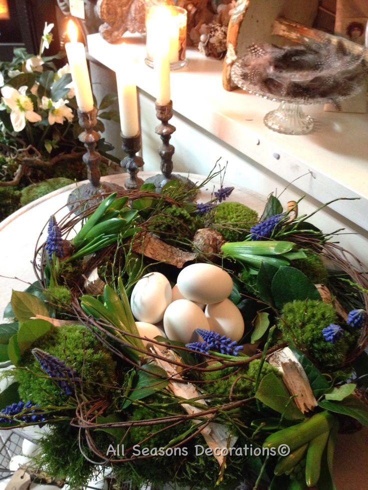 Geweldige combinatie in groendeco: blauwe druifjes, bloeiend hout , prachtig groen bolmos en grote witte ganzen eieren... Voorjaarsgevoel!