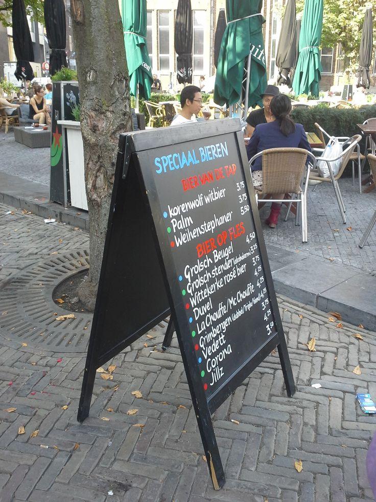 Er staan een aantal borden op het terras van De Beurs met een brede keus aan eten en drank. De borden zijn duidelijk en helpen de gasten bij het maken van hun keuze.