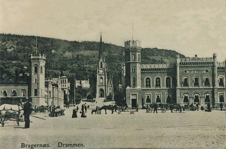 Bragernæs torg før 1907 Postkortet er stemplet av postverket i 1907. Motivet kan altså være eldre Dette var den gang torget var helt bilfritt