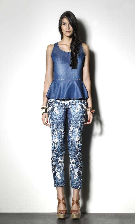 #StudioF #StudioFMexico Look para el trabajo: Blusa péplum de denim y jeans con print. BLUSA-S207738 PANTALÓN-S25005 CALZADO-S340063