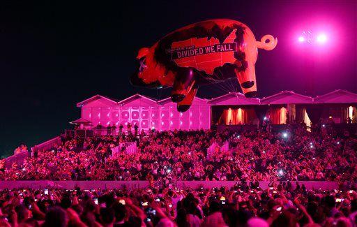 """Roger Waters""""Desert Trip 2016 Coachella Valley CA""""Un cochon géant gonflable plane sur la foule lors de la série de Roger Waters le jour 3 de la fête de la musique 2016 Desert de voyage au Empire Polo Field sur le dimanche 9 octobre 2016, à Indio, en Californie."""