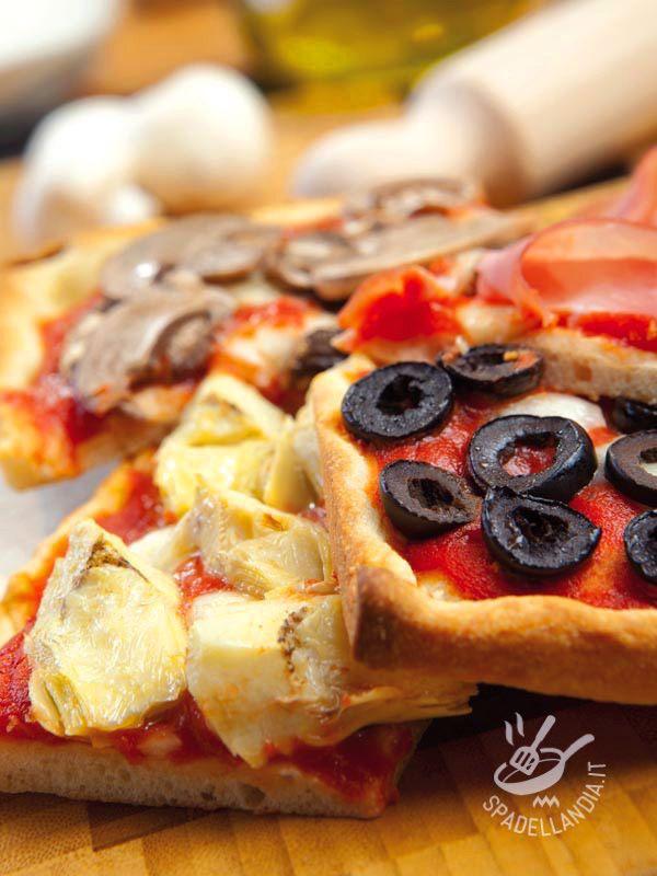Potete realizzare la Pizza alle quattro stagioni utilizzando l'impasto pronto se non avete tempo, o realizzarlo voi stessi seguendo i consigli della cuoca. #pizzaallequattrostagioni
