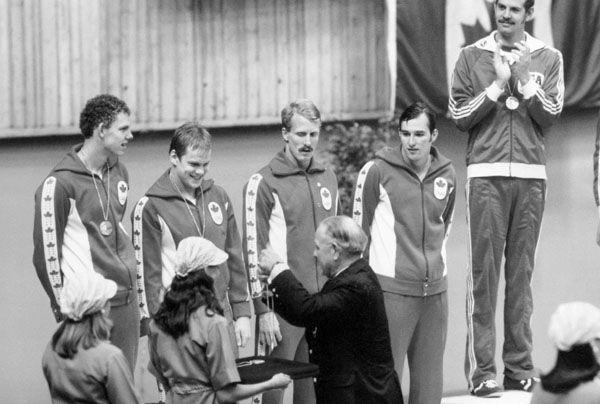 L'équipe de 4 x 100 m quatre nages du Canada : Gary MacDonald, Clay Evans, Stephen Pickell et Graham Smith, célèbre après avoir remporté la médaille d'argent aux Jeux olympiques de Montréal de 1976.  (Photo PC/AOC)