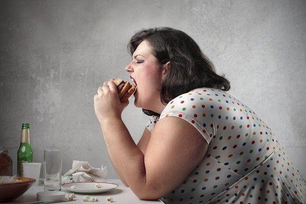 """Morbide obesitas is weer helemaal terug van weggeweest. 2016 wordt het jaar van extreem overgewicht. Dat blijkt uit een onderzoek van voedingsdeskundige Elsbeth de Lange. """"Vorig jaar waren superfoods, zoals chiazaad en tarwegras, nog populair. We zien duidelijk dat die trend voorbij is. Hamburgers, patat en chips zijn weer helemaal op hun retour. Hoe vetter hoe beter, is het motto [...]"""