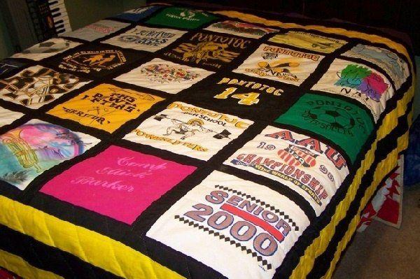 Ненужных вещей не бывает: плед своими руками... из старых футболок! Как это сделать: https://abbigli.ru/blog/pled-iz-futbolok-svoimi-rukami #Abbigli #своимируками #хобби #креатив #идея #вдохновение #хендмейд #плед #мастеркласс #идея_для_дома #одеяло