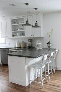 amenagement petite cuisine blanche et gris sol en parquet