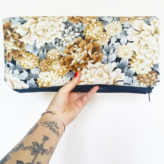 "Image of Clutch ""pretty fashion"" in cotone grigio e cammello a fiori"