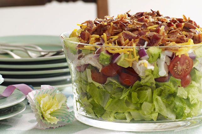 Servie dans un bol en verre, cette salade étagée est spectaculaire. Préparez-la pour votre prochain repas-partage, et voyez-la disparaître en moins de deux. Elle plaira à coup sûr à tous les gourmands présents!
