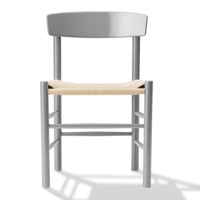 """Børge Mogensens stol J39 formgavs 1947 och har varit i oavbruten produktion ända sedan den lanserades, tack vare sin otroliga mångsidighet och förmågan att passa för alla i alla miljöer har den även fått smeknamnet """"folkets stol"""" Med sin stöttande rygg och sin handflätade sits är J39 en bekväm matstol i en estetiskt tilltalande kvalitet."""